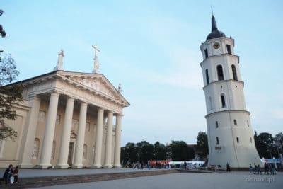 Dzwonnica i katedra na Placu Katedralnym w WIlnie