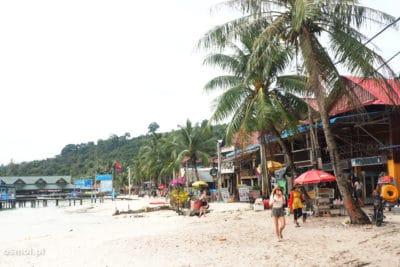Plaża w Koh Touch płynnie przechodzi w deptak dla turystów i miejscowych