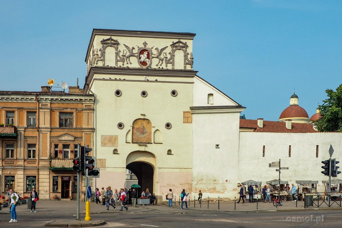 Ostra Brama w Wilnie widziana od strony ulicy