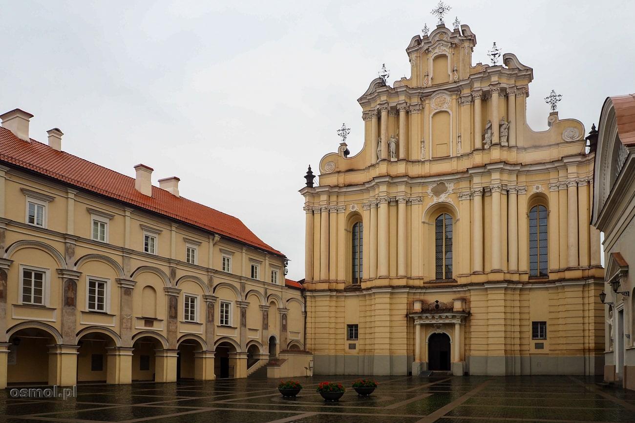 Najbardziej reprezentacyjny dziedziniec przy Uniwersytecie Wileńskim. Na ścianach wciąż widać obrazy dobroczyńców uczelni