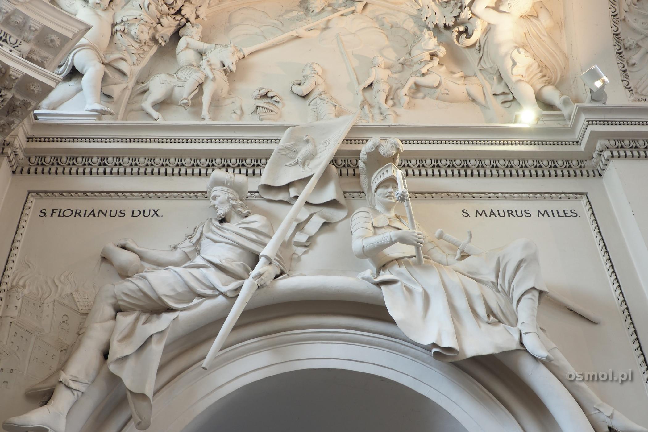 Sztukaterie i rzeźby na ścianach kościoła sw. Piotra i Pawła w Wilnie