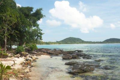 Kamienie obok plaży na Koh Rong - dobre miejsce do snorkelingu