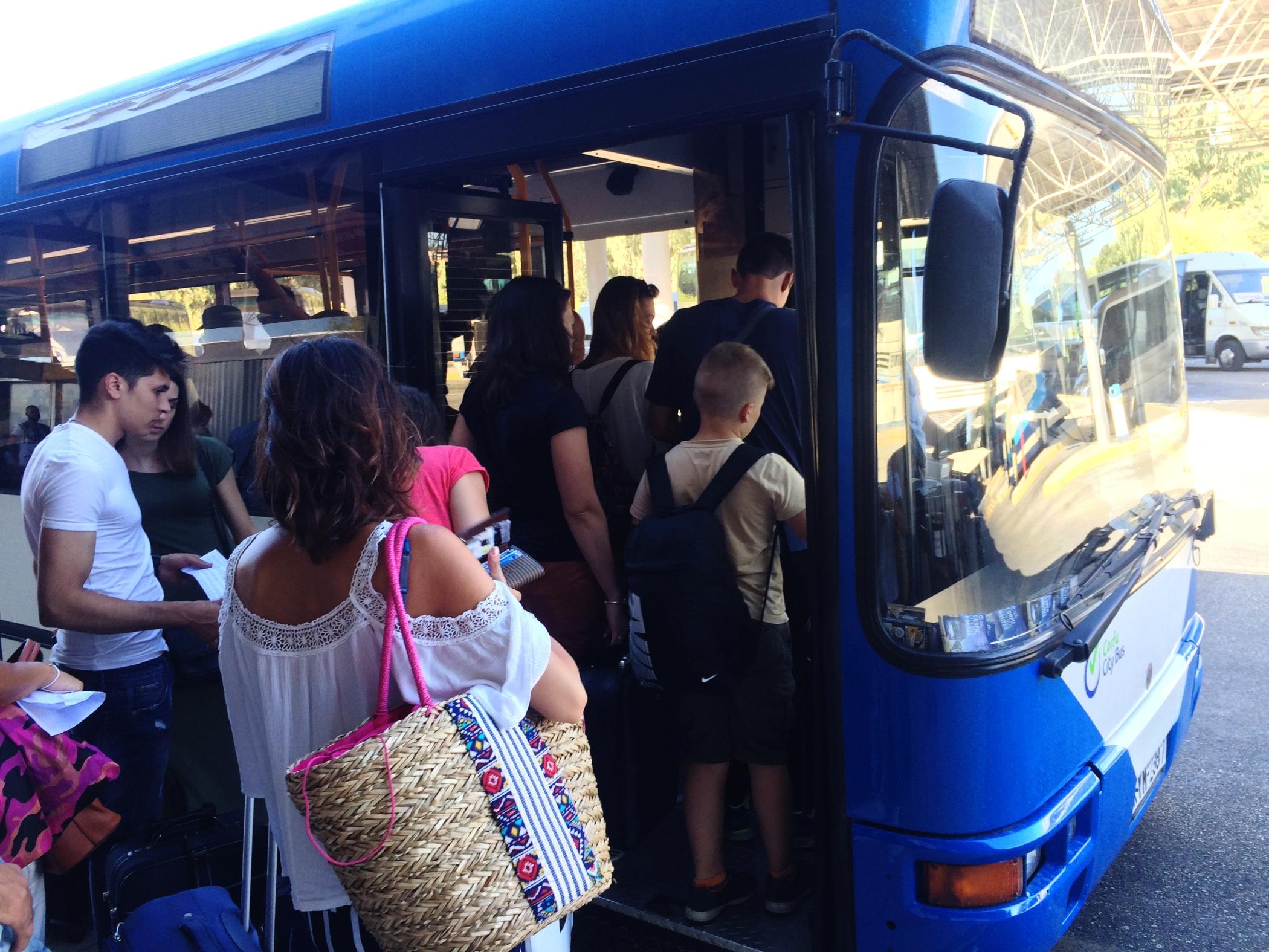 Autobus numer 15 z lotniska do portu w Sarandzie