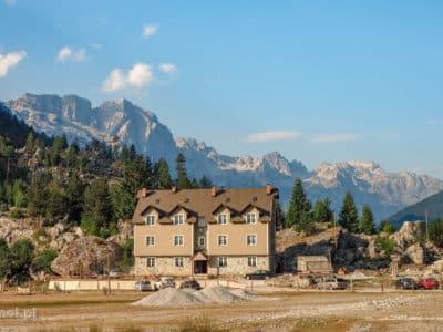 Dolina Valbony powoli się komercjalizuje. Czego dowodem ten wielki hotel.