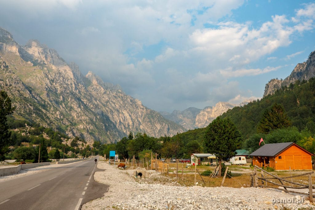 Początek wioski Valbona w Albanii