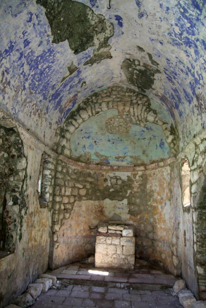 Wnętrze opuszczonej świątyni