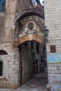 Kotor brama prowadząca do ścieżki na mury