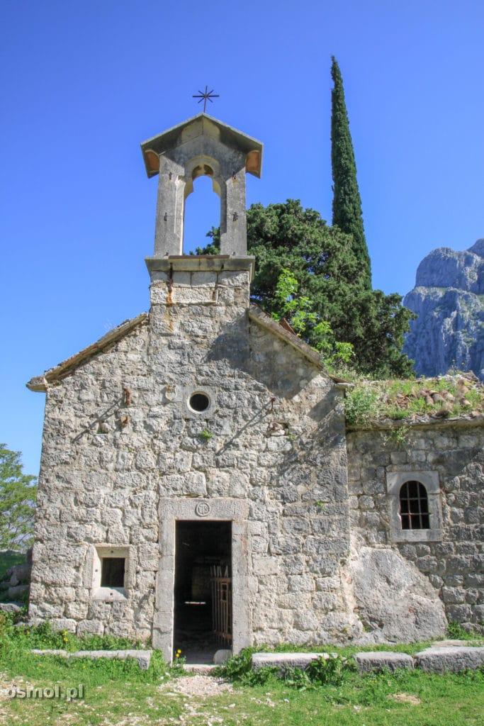 Kościołek obok twierdzy na wzgórzu w Kotorze
