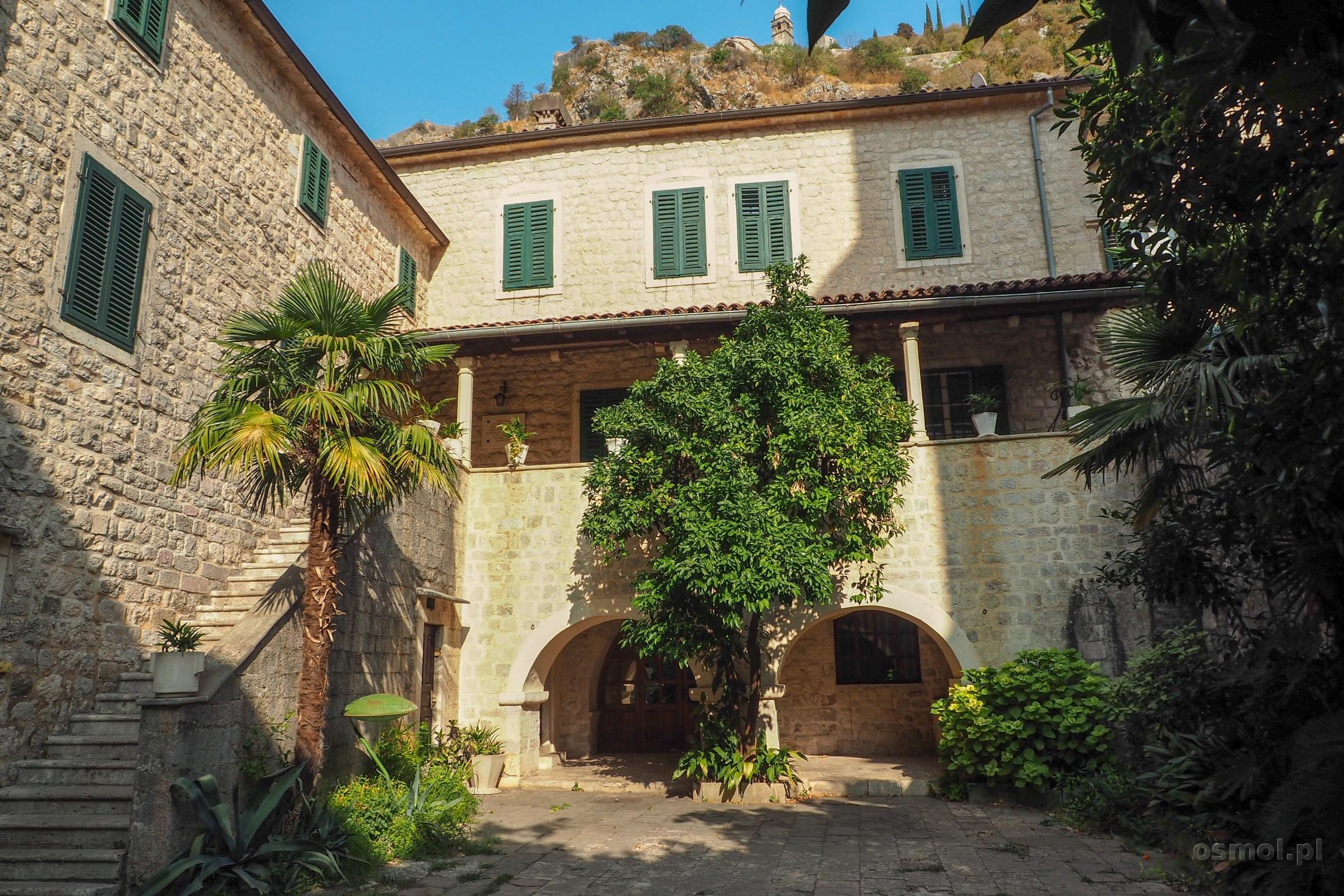 Jeden z pałacowych dziedzińców w Kotorze