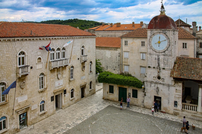 Wieża zegarowa i plac Jana Pawła II w Trogirze