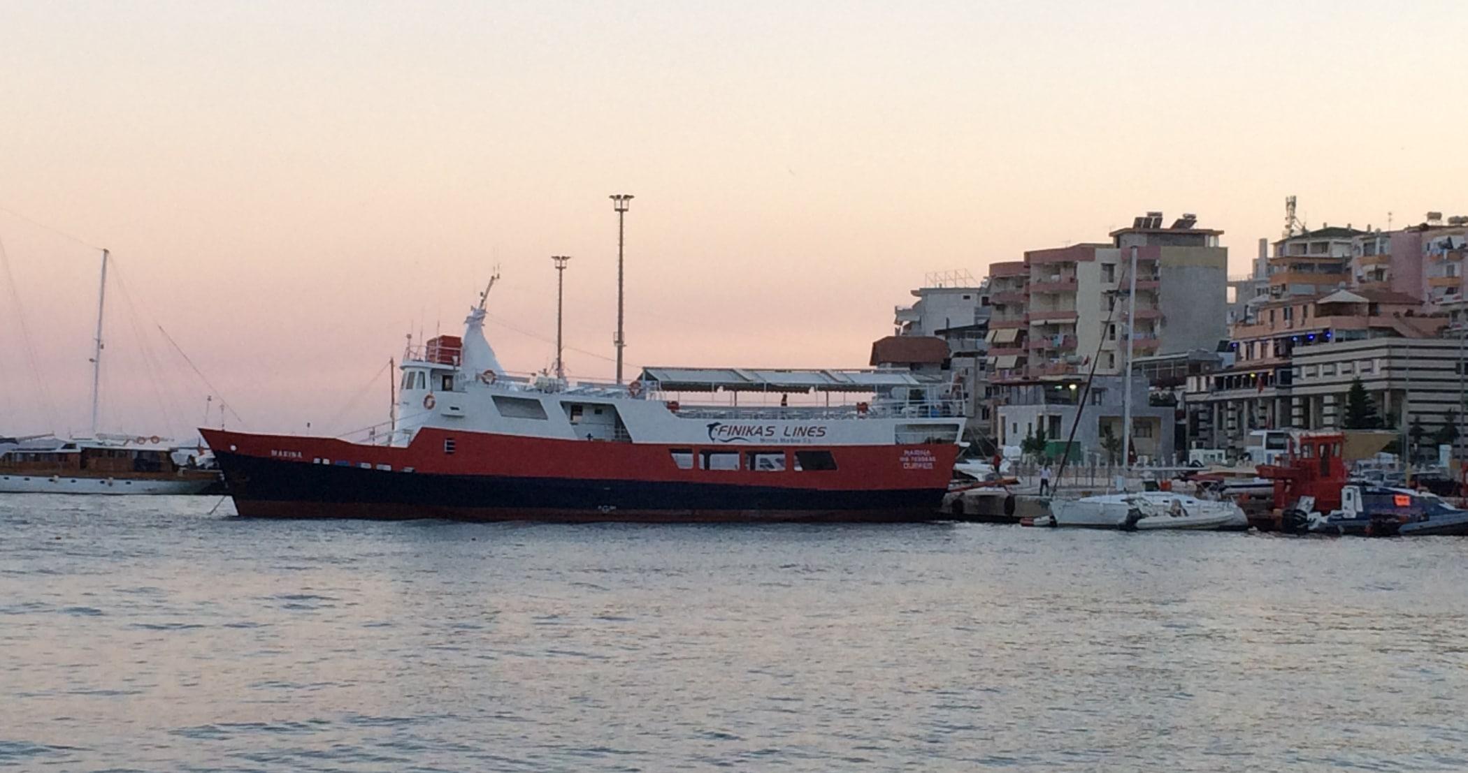 Prom na Korfu w porcie w Sarandzie.