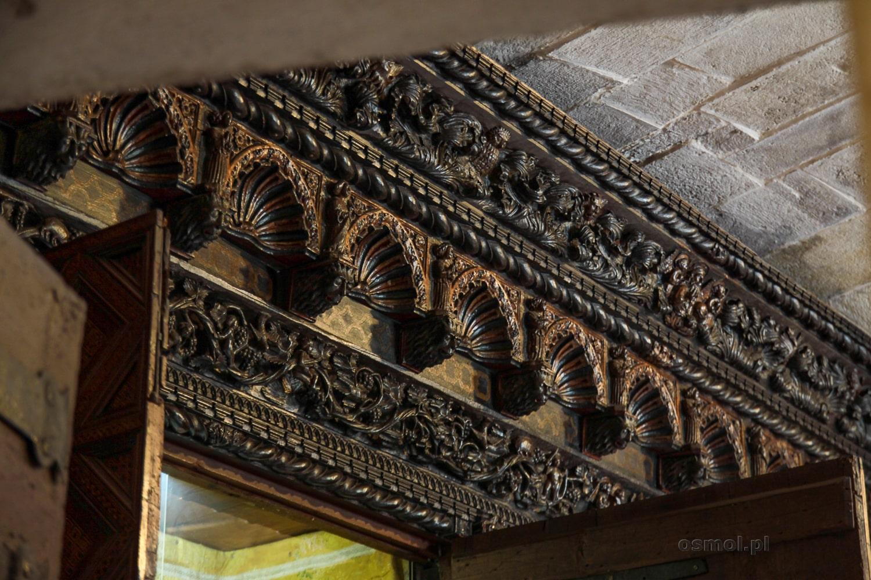 Fragment rzeźbień szaf skrywających święte relikwie i precjoza w skarbcu katedry w Trogirze