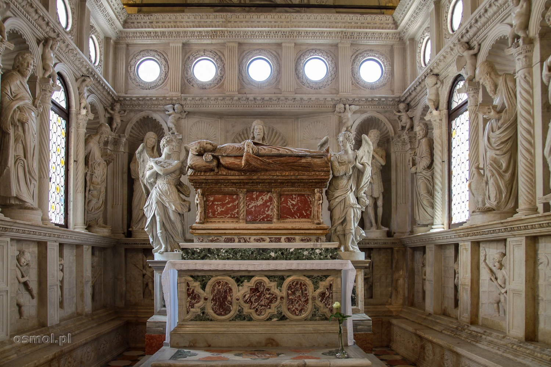 Ołtarz św. Jana w katedrze św. Wawrzyńca w Trogirze, to jeden z najpiękniejszych ołtarzy, jakie widziałem w życiu. Rzeźby świętych naturalnej wielkości, nad nimi unoszą się aniołki, a wszystko zamyka cudownie symetryczny sufit.