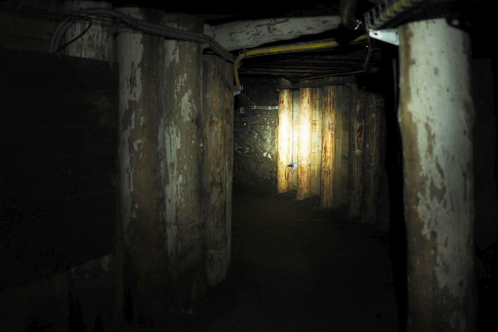 Ciemny korytarz w kopalni w Wieliczce