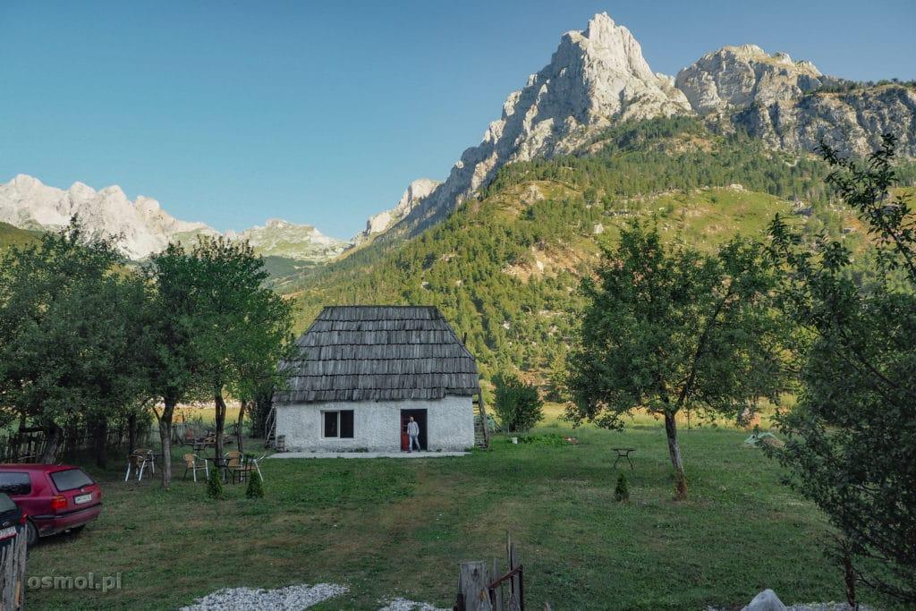 Stary dom, który zapewne służy już turystom.