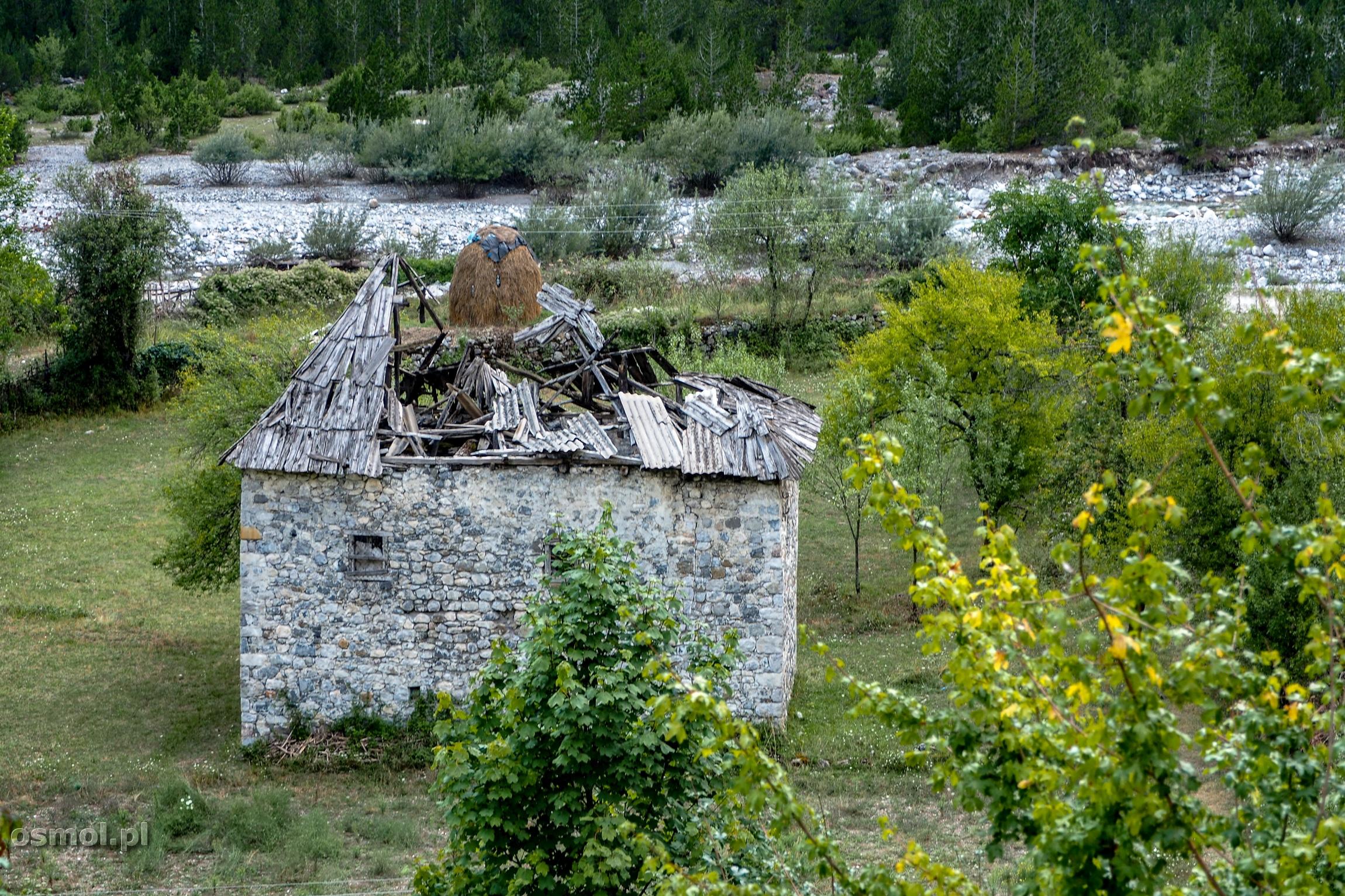 Zrujnowany kamienny dom w Theth