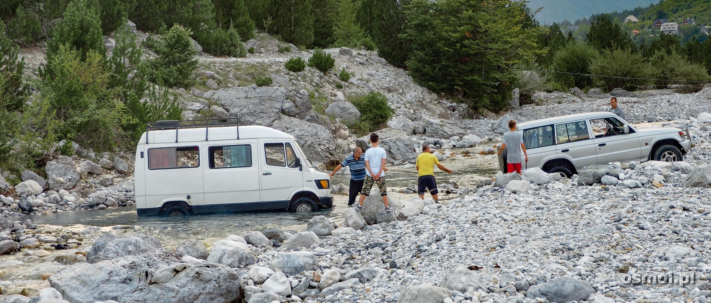 Samochod w rzece Thethi