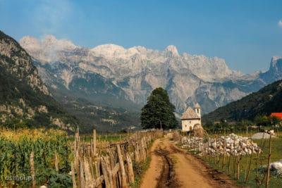 Widok na Theth w Albanii o poranku