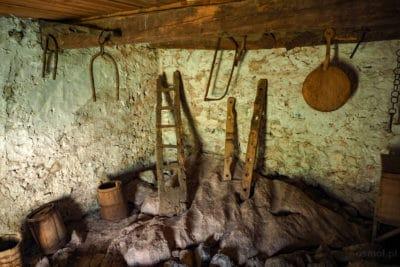 Wnętrze kamiennej wieży odosobnienia w Theth