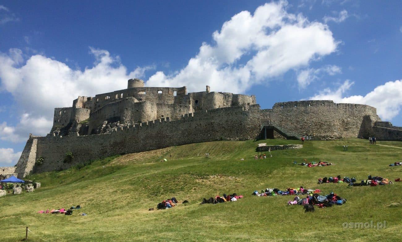 Zamek Spiski dominuje nad całą okolicą, nie ma obaw, że jeśli przyjedziecie autobusem do Spiskiego Podzamcze, to nie będziecie wiedzieli, w którym kierunku pójść.