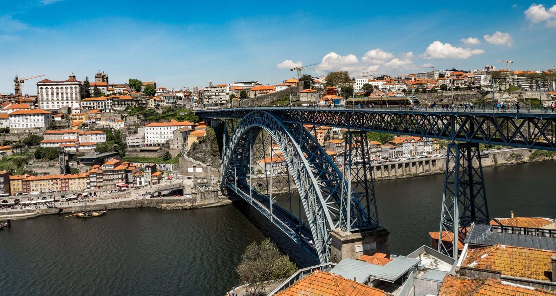 Most Ponte Louis I w Porto to chyba najsłynniejszy symbol miasta. Oczywiście oprócz porto jako wina, ale można je pić w knajpkach blisko mostu.