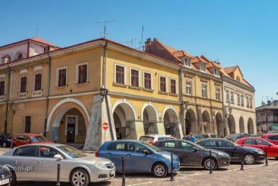Kamienica Rydzikowska w Jarosławiu - gdyby nie samochody prezentowałaby się o wiele okazalej. Tu też znajduje się wejście do podziemnej trasy turystycznej.