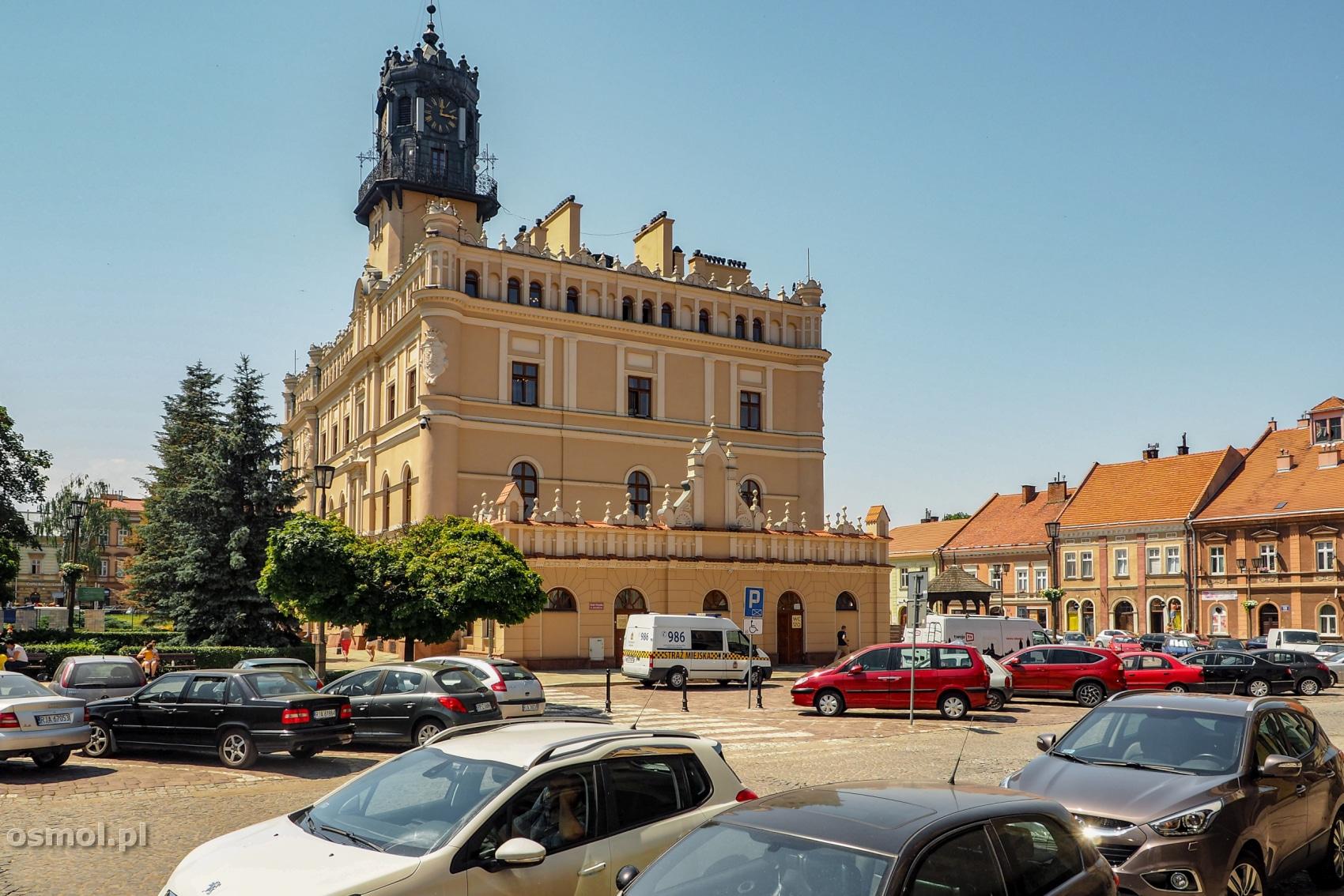 Ratusz w Jarosławiu wyglądałby wspaniale, gdyby nie wszechobecne samochody, które go otaczają.