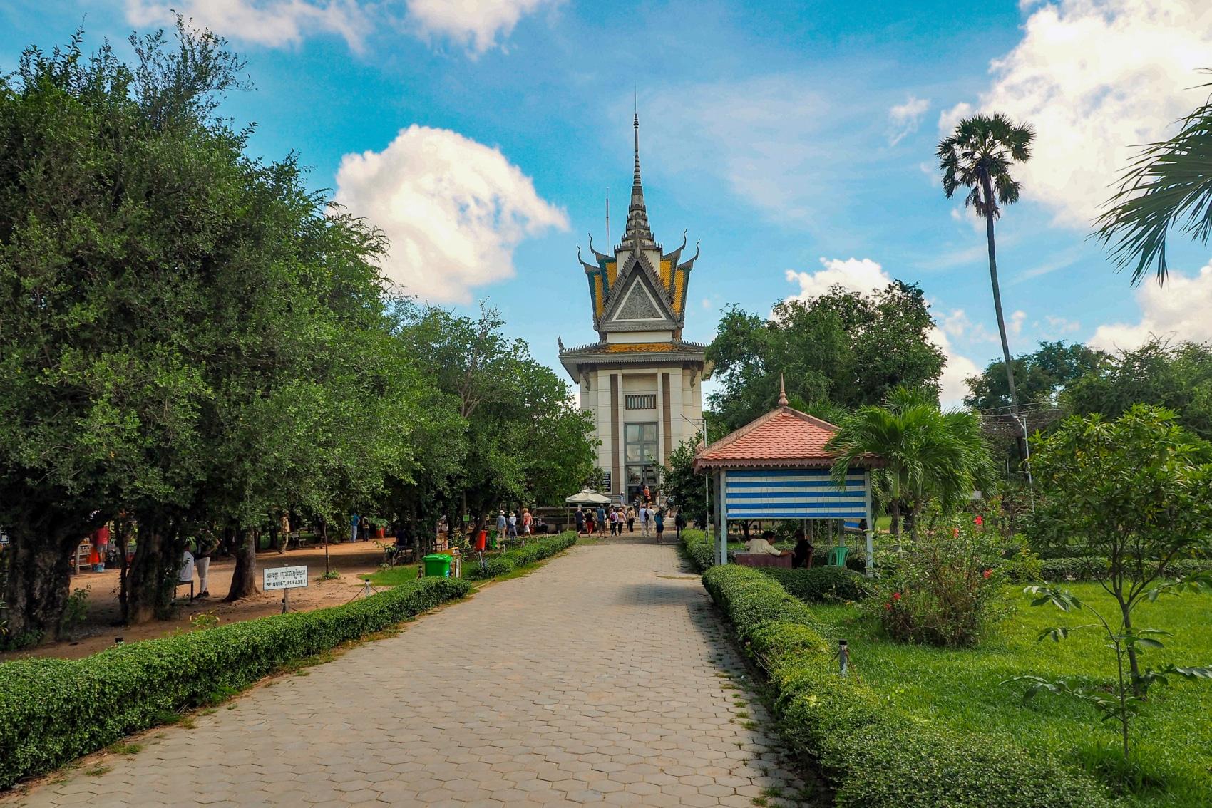Kaplica Czaszek - pierwszy widok, który rzuca się w oczy, po wejściu na Pola Śmierci.