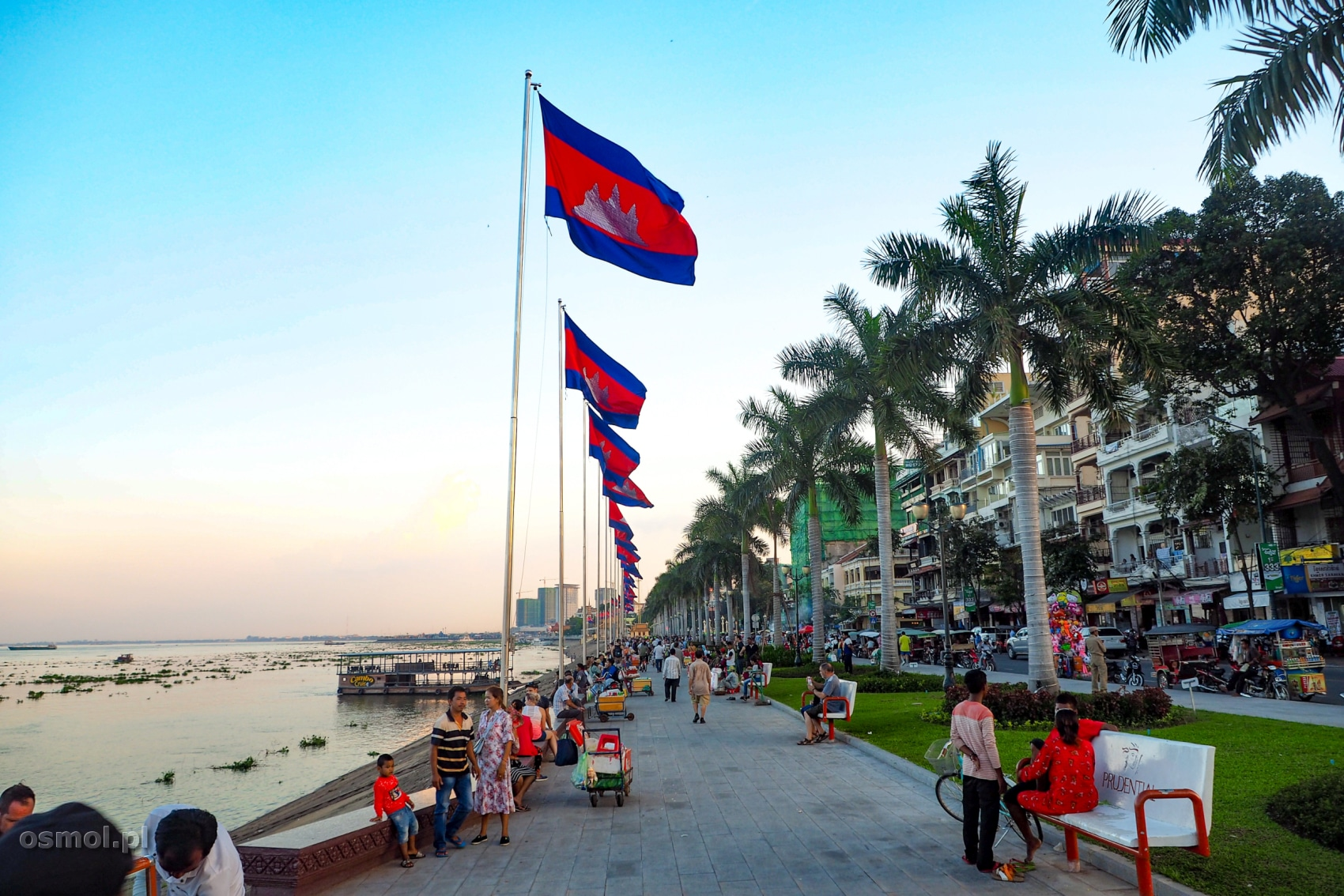 Nabrzeże Mekongu w Phnom Penh - dziś na masztach powiewają tylko flagi Kambodży, kiedyś dumnie powiewały tu flagi państw świata.
