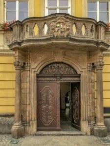 Ozdobne wejście prowadzące do Muzeum Dawnego Kupiectwa