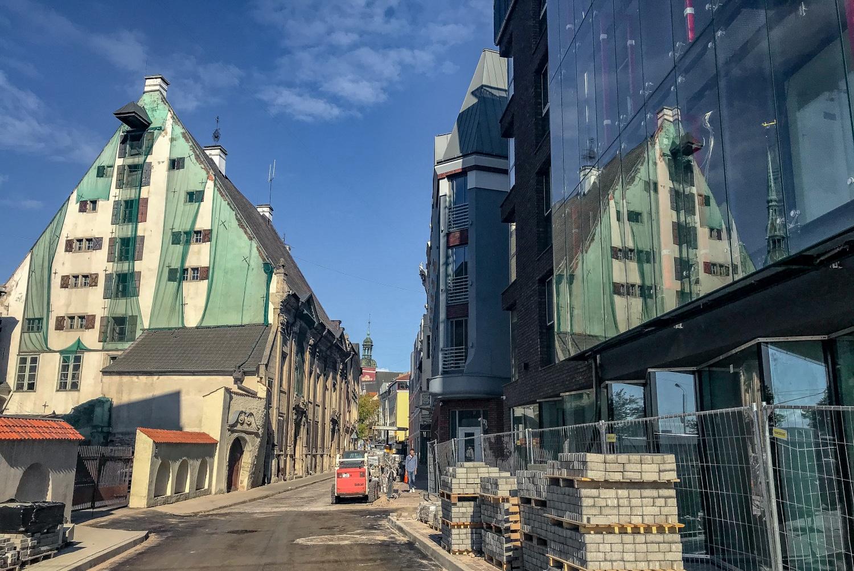 Stare obok nowego, remonty, szkło, socjalizm i beton, obok historycznych rekonstrukcji. Tak właśnie wygląda znaczna część starej części Rygi.