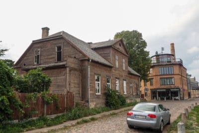 Opuszczony drewniany dom na wyspie Kipsala