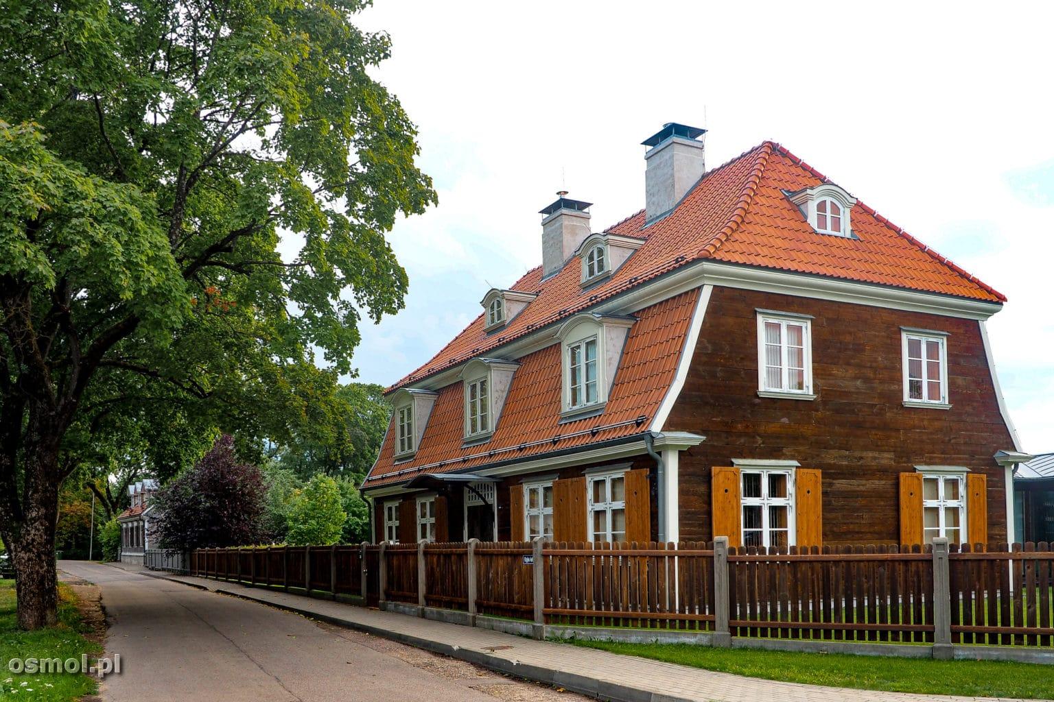 Tradycyjny drewniany dom na wyspie Kipsala w Rydze