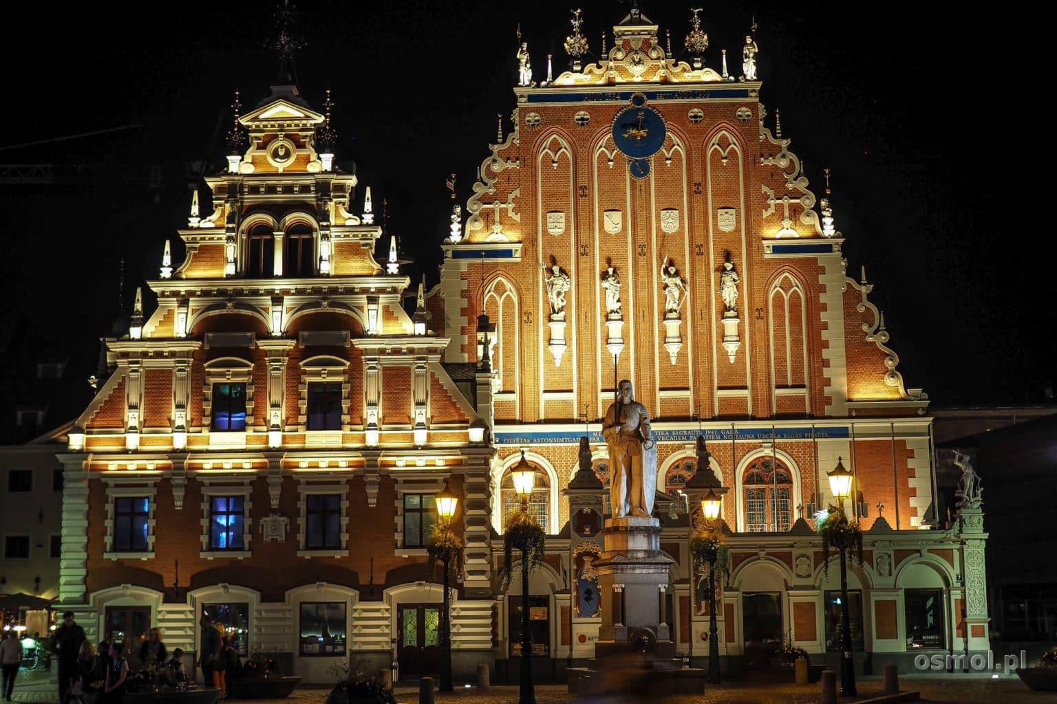 Dom Bractwa Czarnogłowych nocą