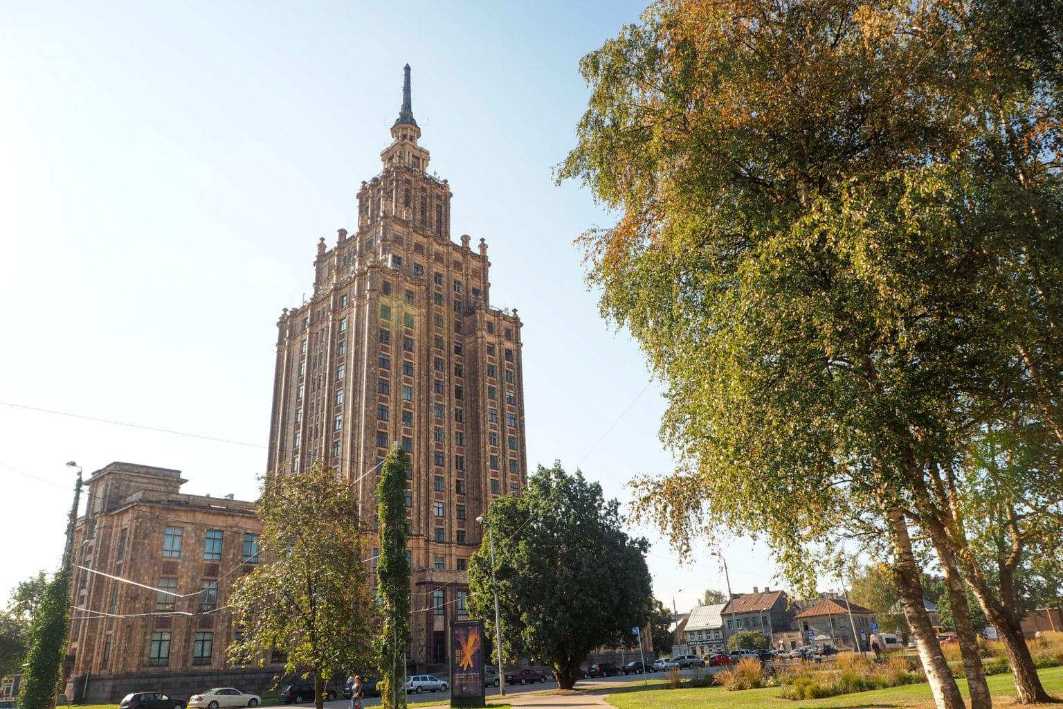 Pałac Nauki w Rydze. Mniejszy brat wieżowców znanych z Moskwy i Warszawy