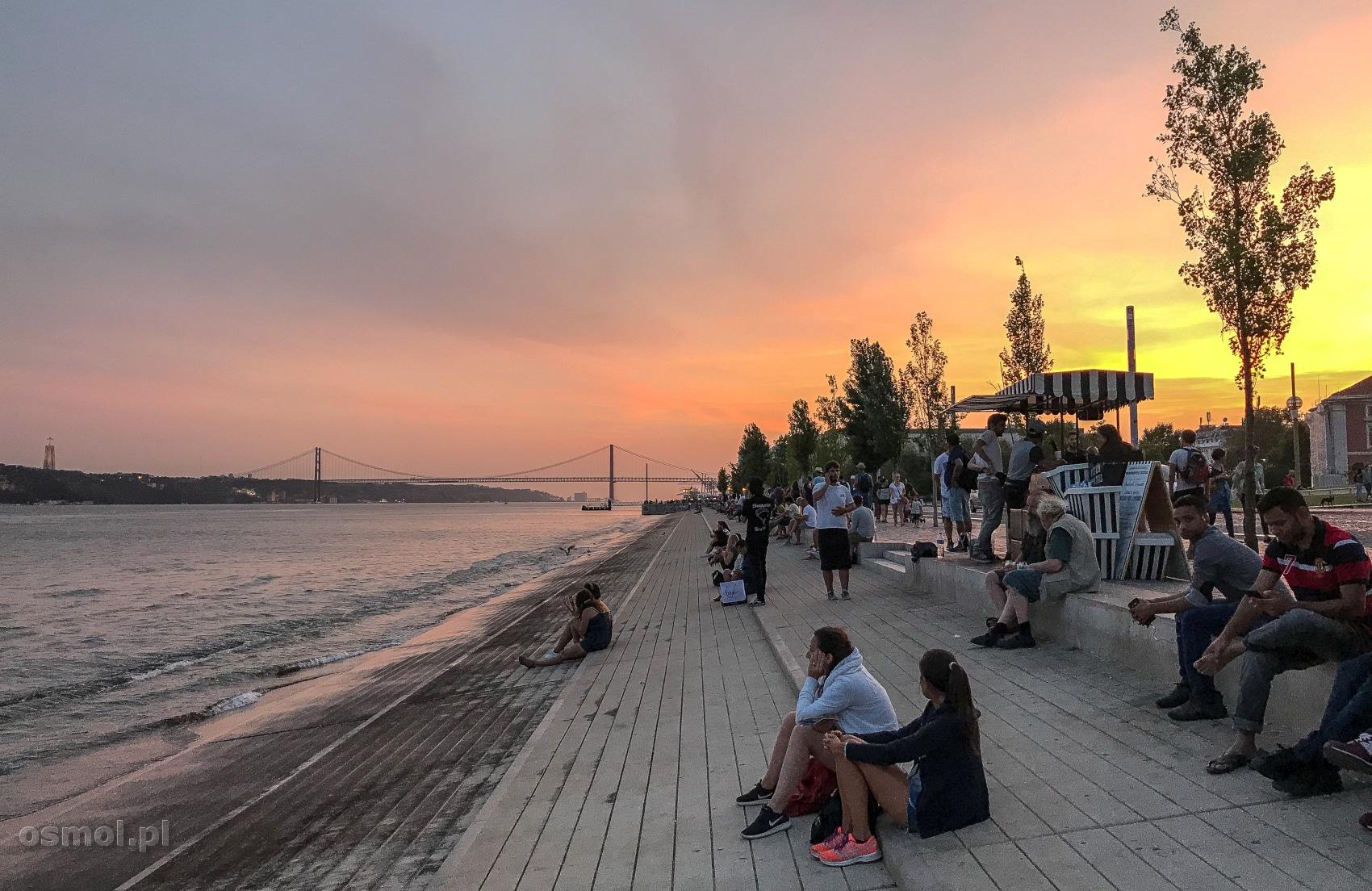 Brzeg Tagu w Lizbonie o zachodzie słońca.