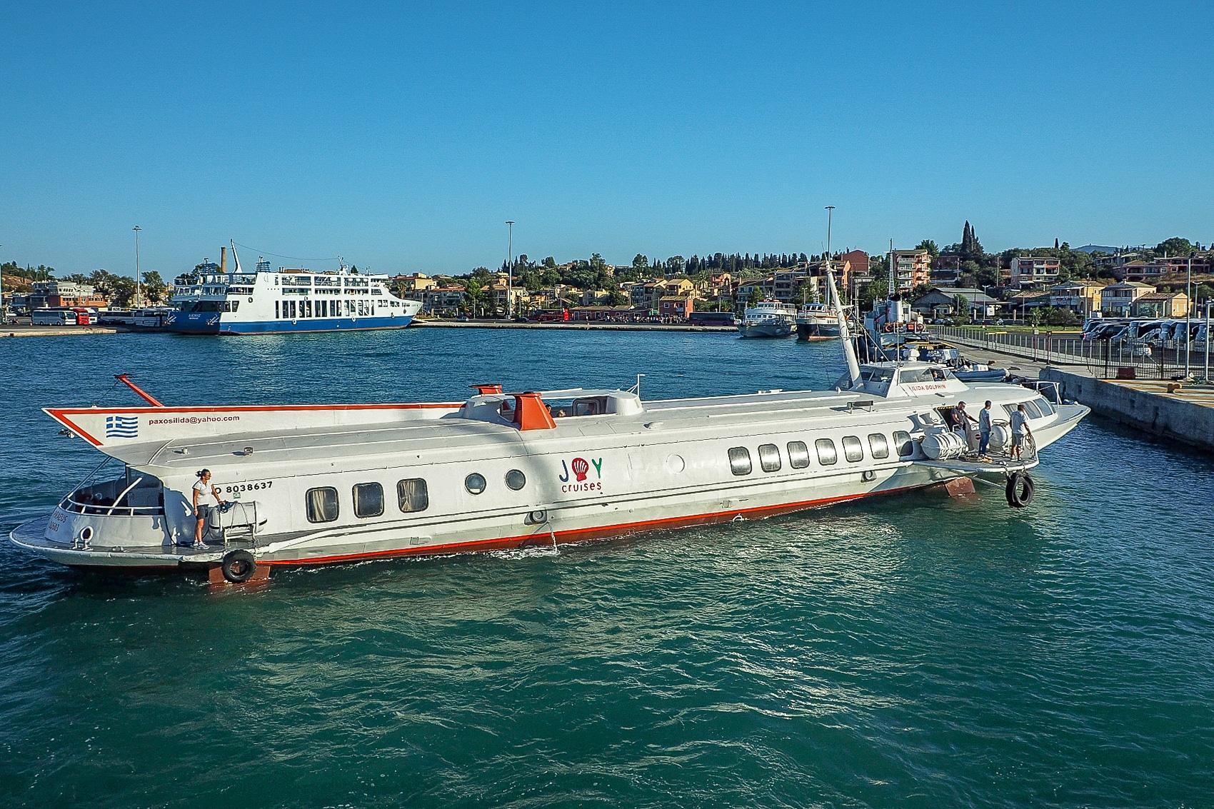 Widok na port w Korfu z promu płynącego do Sarandy.