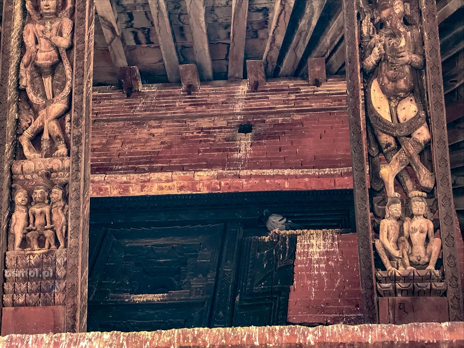 Erotyczne rzeźby na belkach podtrzymujących dach świątyni w Bhaktapurze