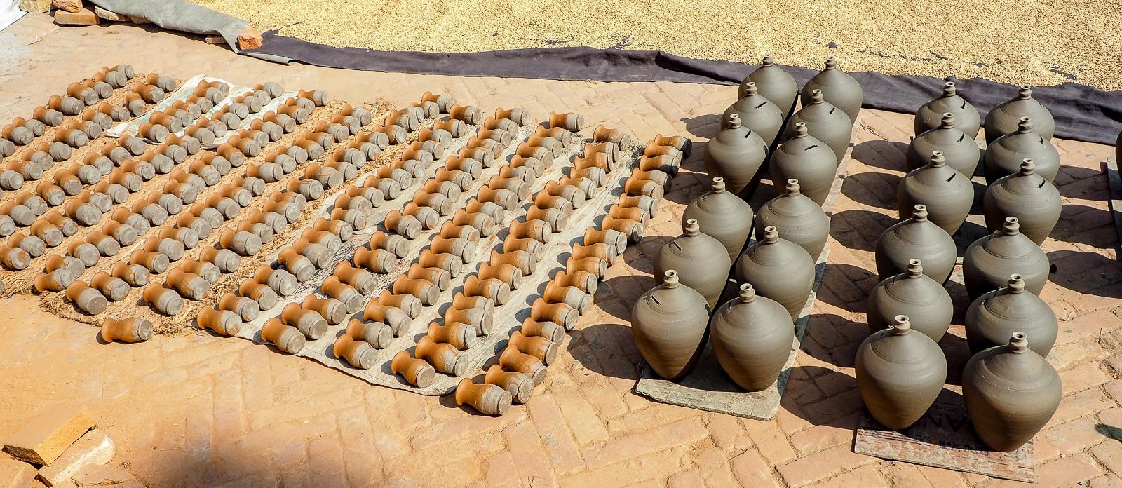 Gliniane naczynia na placu Garncarzy w Bhaktapurze.