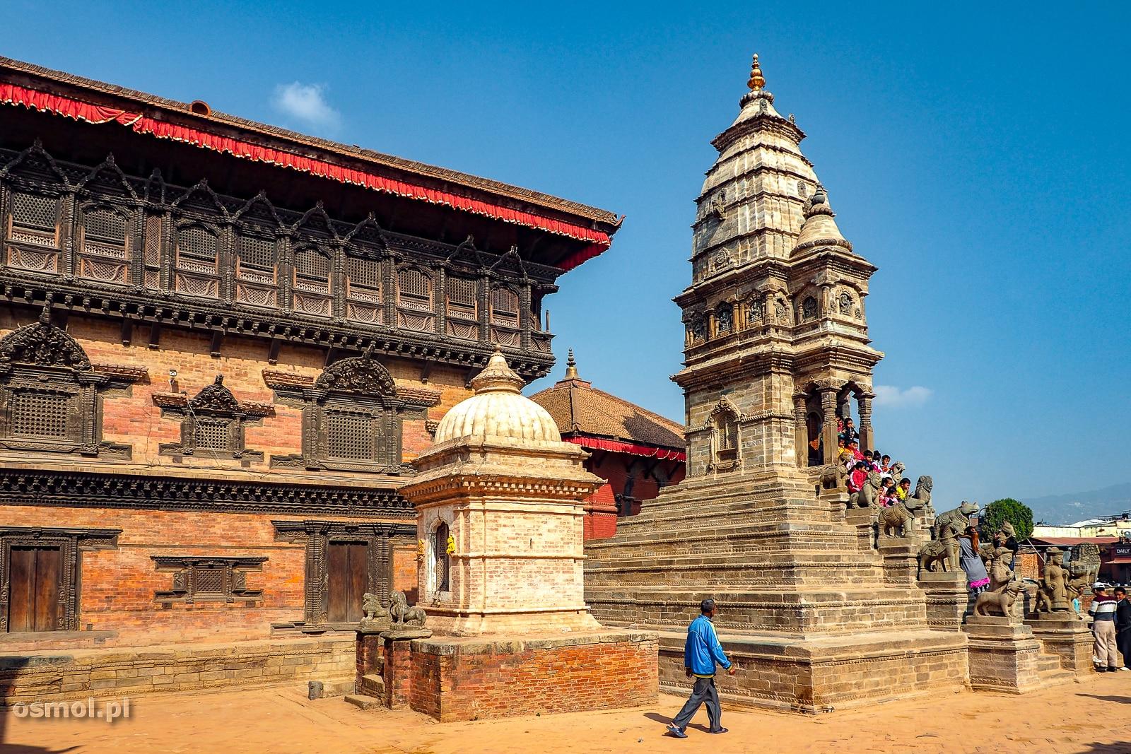 Kawałek Pałacu Pięćdziesięciu pięciu okien a obok dobudowana niedawno świątynia.
