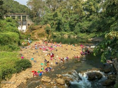 A tak wygląda pralnia w Pokharze. Pierze się w rzece, tuż obok innych piorących.