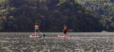 Pływanie na deskach, to jedna z rozrywek na jeziorze Fewa