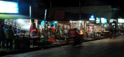 Ulica z szaszłykami w Pokharze.