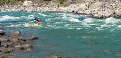 Kajakarze na rzece Marshyangdi. Bo nie tylko na pontonach spływa się po rzece.