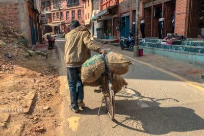 Mężczyzna z rowerem w Bhaktapurze