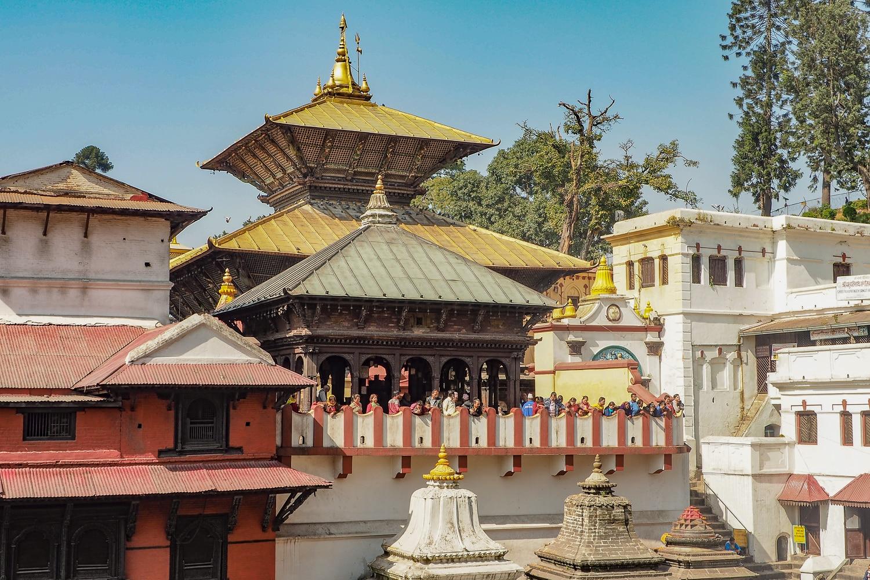 Widok na dach świątyni Paśupatinath. Tylko hinduiści mogą wejść do środka.