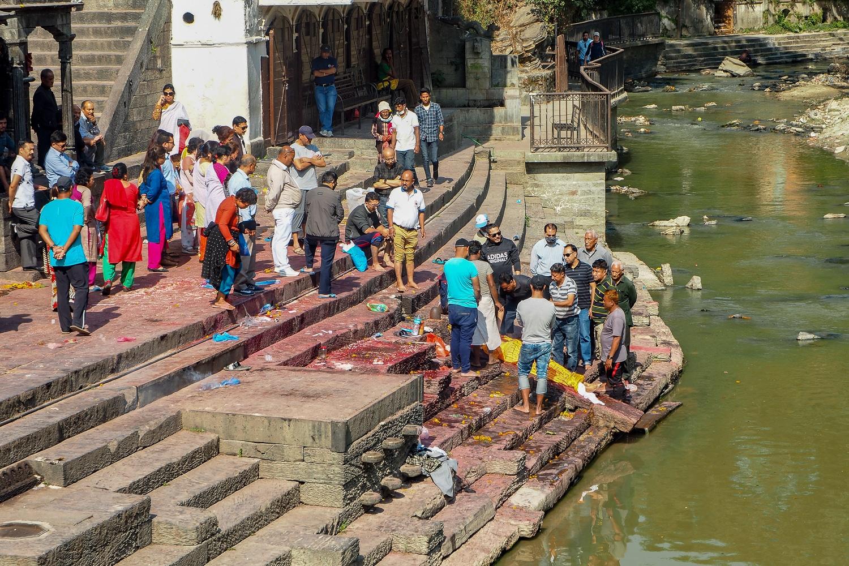 Przygotowywanie zwłok do kremacji w świątyni Paśupatinath w Kathmandu
