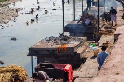 Dymiące stosy pogrzebowe w Kathmandu. Kiedy jedne gasną, a ciało uległo już spopieleniu, inne dopiero zajmują się ogniem.