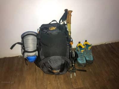Plecak z ekwipunkiem na trekking w Himalajach. Wszystko zmieściło się w 30 litrach.