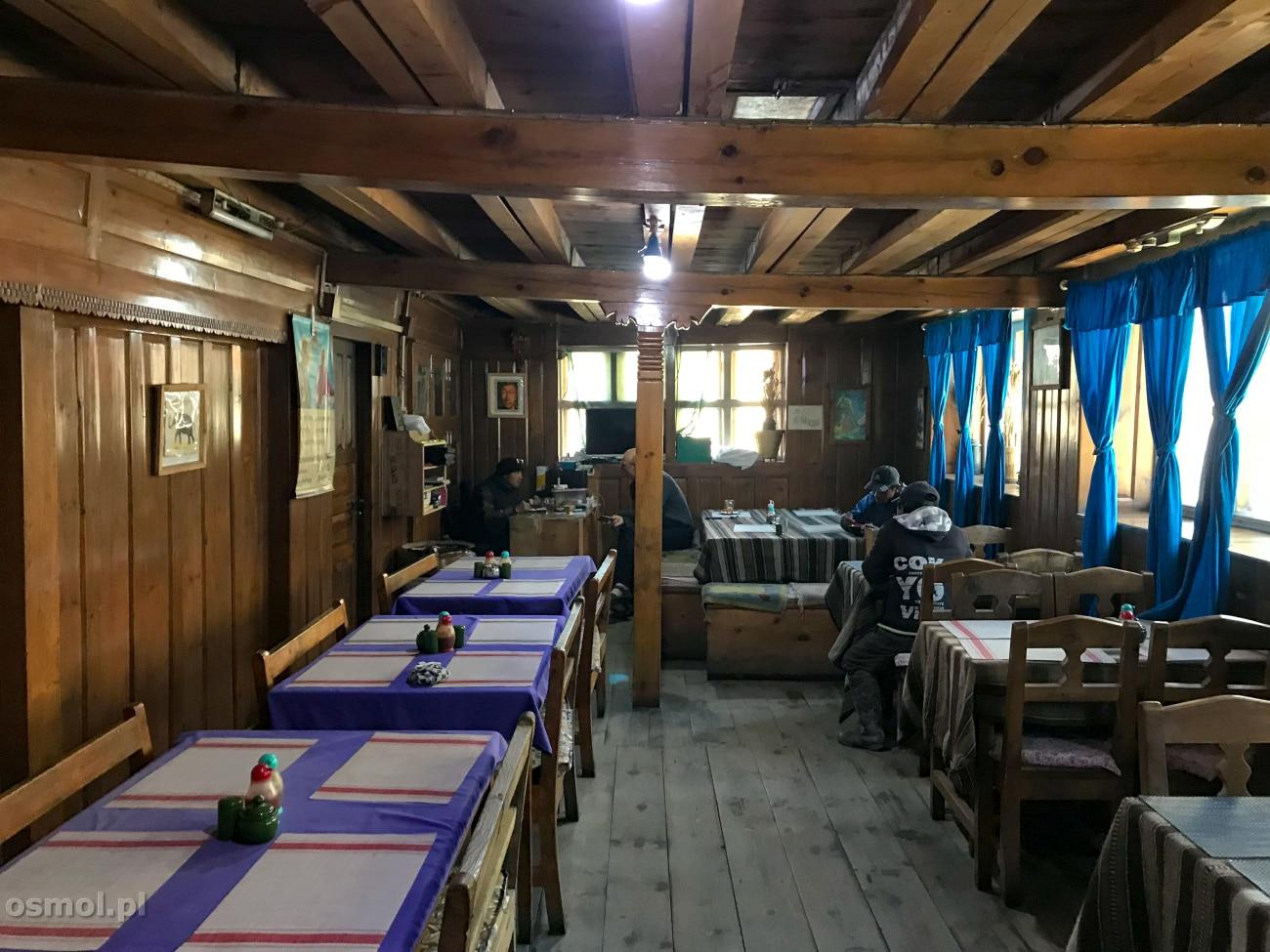 Wspólna sala do jedzenia w lodgy na szlaku dookoła Annapurny.